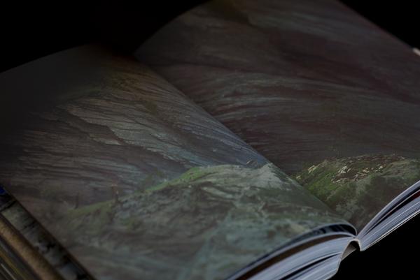 朝日文芸文庫『西蔵放浪』の84,.85頁に掲載されている断崖絶壁の写真。文芸文庫の写真写りが悪いので、こちらは全東洋写真のもの。