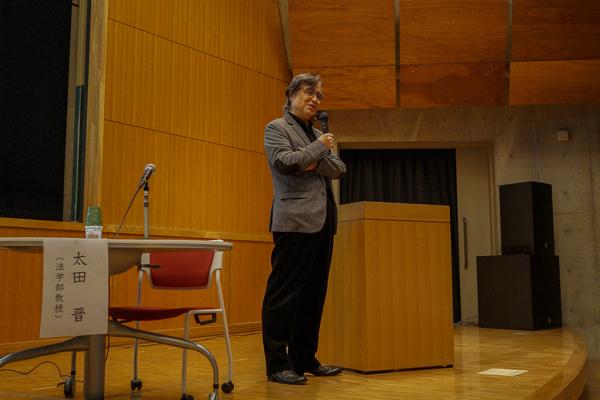 なお、この日は前半の第一部に御大の講演、そして第二部は御大のほか、法学部教授・太田晋、文芸学部准教授・佐藤 光重両氏も加わっての鼎談でした(SONY DSC-RX1, ISO500, f4.0)。