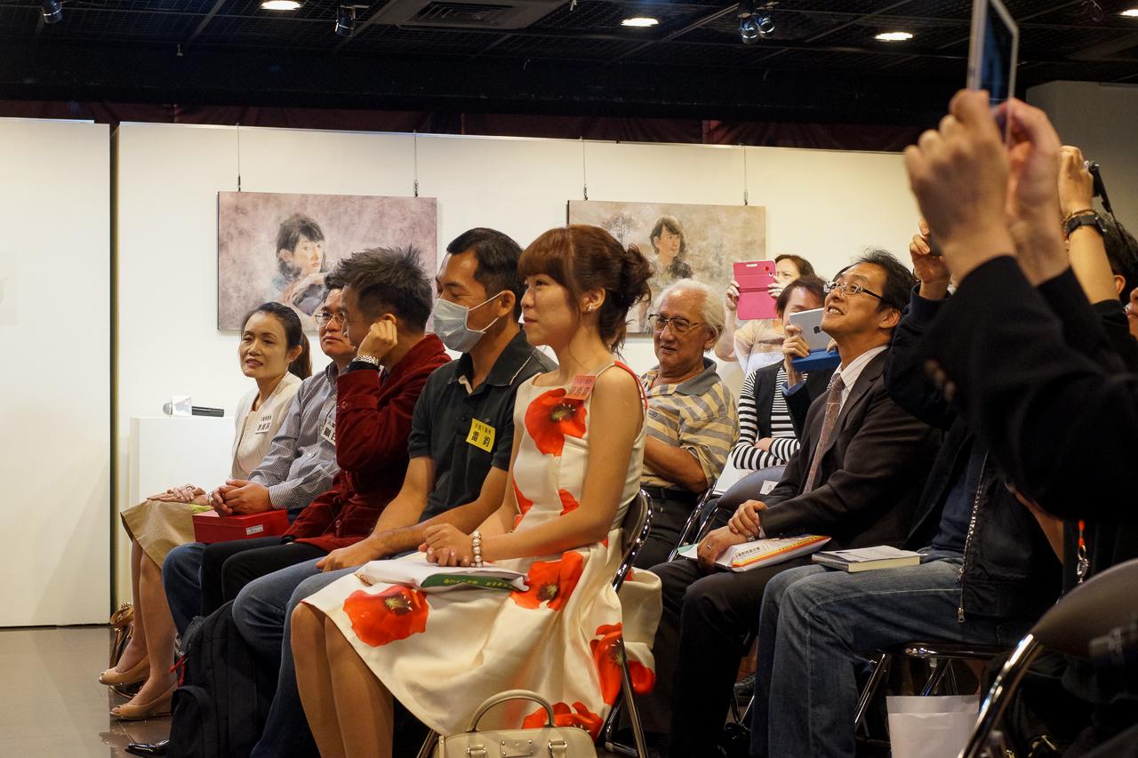 不安そうに、また祈るように息をつめて結果を待つ入選者三人。後ろに少しだけ島崎御大の姿が映っています。