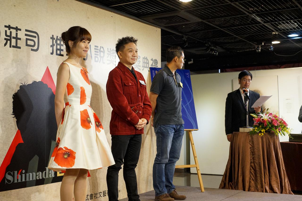 舞台上に上がる入選者三人。